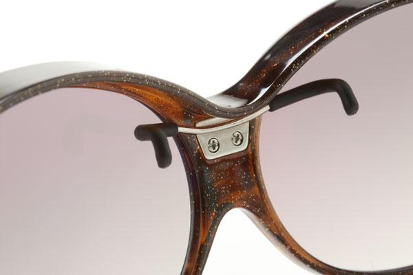 独自開発の「イージーフィットフック」により、メガネとサングラスが一体化。ひとつのメガネを掛けているような快適な掛け心地を実現。 image by SUPLUS