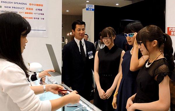 2015年10月に開催されたメガネの展示会 IOFT での一コマ。 メガネ ベストドレッサー賞を受賞した「乃木坂46メガネ選抜」も、FAÇADE(ファサード)のフィット感に「全然落ちない!」とビックリ。 image by FAÇADE