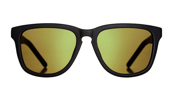 Marshall Eyewear(マーシャル アイウェア) BOB カラー:Matte Black(写真)、Vinyl、Turtle サイズ:Small・Large 大きめシェイプのウェリントン。カラーMatte Blackは、マット仕上げのフレームとミラーレンズとの組み合わせがクール。