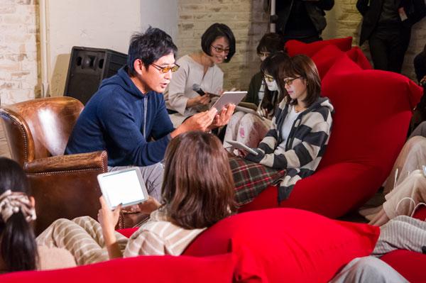 石田純一さんと20人の主婦が、JINS SCREEN NIGHT USE(ジンズ・スクリーン ナイト・ユース)を掛けて、愛と絆がテーマの堀辰雄の名作「風立ちぬ」を読み合わせた。