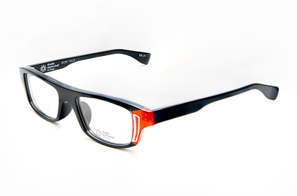 Studio Skyrocket(スタジオスカイロケット)DEEP HALF カラー01 目元の印象を引き締め、気分をアガるメガネを掛けたいひとにオススメのカラー。