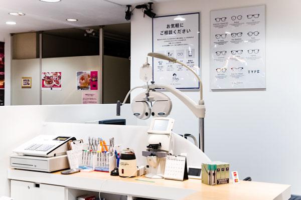 Oh My Glasses TOKYO 浜松町店で購入したメガネはもちろん、Oh My Glasses TOKYO のサイトで購入したメガネの視力検査や掛け具合の調整も受け付けている。