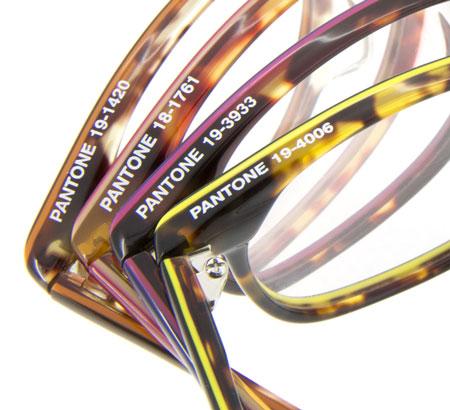 Zoff + PANTONE UNIVERSE は、16色全てが Zoff(ゾフ)オリジナルで PANTONE ナンバーを取得済み。フレームには各色のナンバーが刻印されている。 image by インターメスティック
