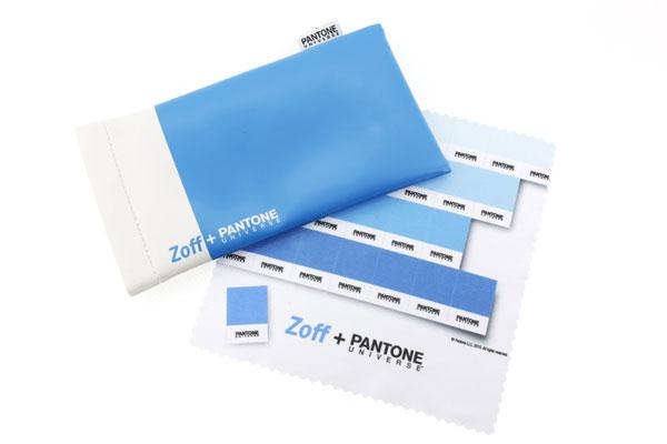Zoff + PANTONE UNIVERSE のフレームには、Zoff(ゾフ)のブランドカラー「ターコイズブルー」の専用メガネケースとメガネ拭きがセットに。 image by インターメスティック