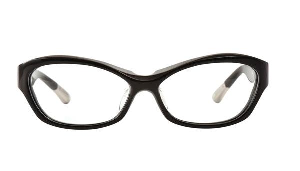 QBRICK(キューブリック) BTY8001 カラーShiny Black 参考価格:27,000円(税別) 肉厚で流線型なフォックス型フレームは、ありそうでなさそうなスタイル。男女問わずオススメ。 image by QBRICK