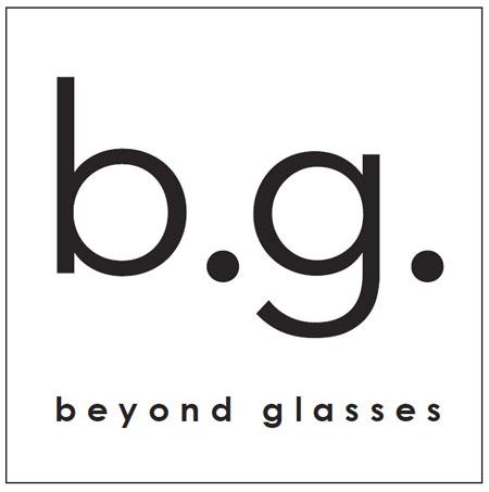 b.g.(ビージー)とは、「beyond glasses」の頭文字を取ったもの。「先端技術の活用で、メガネを超えるメガネをつくりたい」という思いが込められている。