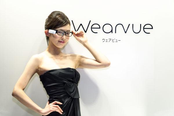 メガネ・サングラスメーカー山本光学の協力を受け、重量バランスなどを考慮し掛け心地にこだわった設計を採用。接客など人と対面するシーンでも違和感のない、メガネとして自然なデザインを目指したという。