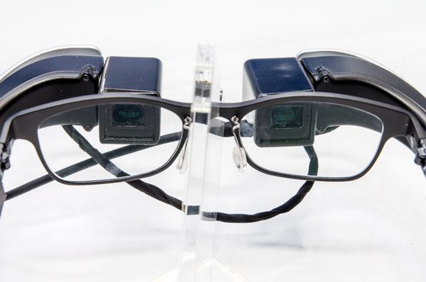 左右のディスプレイは瞳の位置に合わせて移動可能。両眼で双眼鏡を覗いたときのように自然な「見え心地」が得られる。