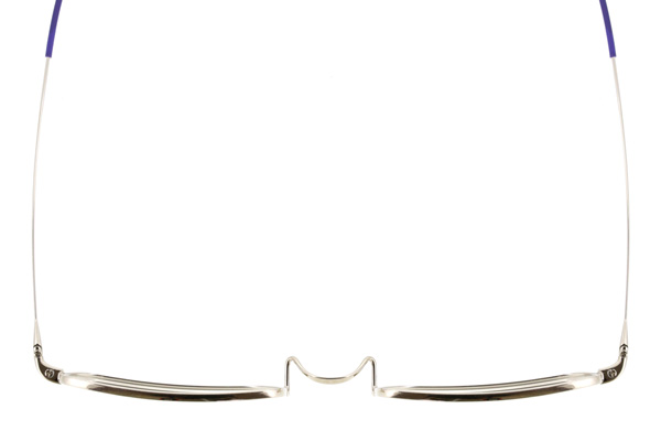 """テンプル(つる)は、直径わずか0.75g。特殊配合したベータチタン素材を""""メガネの聖地""""鯖江ならではの技術で加工し、細さと強度を両立。 1890年代に日本で流行した鼻梁にのせるタイプの「一山ブリッジ」と、耳に巻き付けるようにして掛ける「巻きつるテンプル」を採用。 image by インターメスティック"""