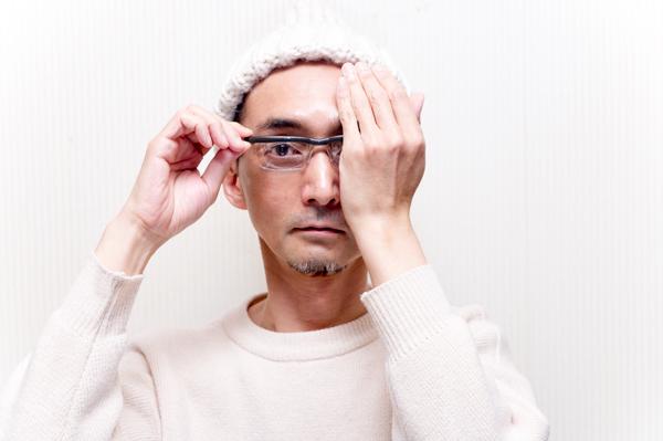 まず左目を隠して、右目の度数を調節。つまみを前後に回して、ハッキリ見えるところで止める。