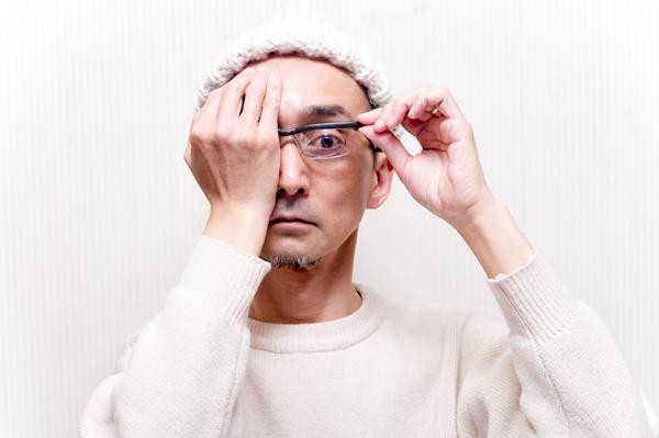 次に右目を隠して、左目の度数を調節。あとは必要に応じて、微調整すればOK。