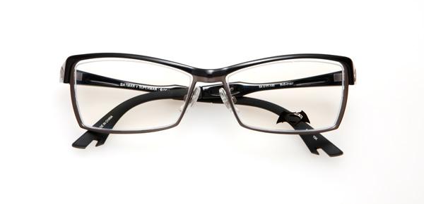 眼鏡市場「バットマン vs スーパーマン コラボレーションフレーム」 バットマン モデル BvS-01BT カラーBK 少しつり上がったレンズシェイプとメタルに樹脂をかぶせたブローバーが、バットマン マスクを彷彿とさせる。バットマンのマントをイメージしたテンプル(つる)にも注目。 image by 眼鏡市場
