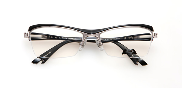 眼鏡市場「バットマン vs スーパーマン コラボレーションフレーム」 バットマン モデル BvS-02BT カラーBK 左右のレンズをつなぐブリッジは、バットマン マスクの鼻の凹凸を表現。サイドにはバットロゴ入り。特別仕様のネジカバーはレッドの七宝でアクセント。 image by 眼鏡市場