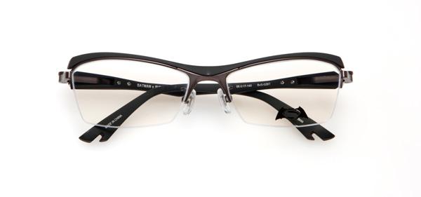 眼鏡市場「バットマン vs スーパーマン コラボレーションフレーム」 バットマン モデル BvS-02BT カラーBKM BKMカラーのネジカバーはネイビーの七宝。 image by 眼鏡市場
