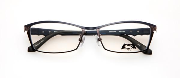 眼鏡市場「バットマン vs スーパーマン コラボレーションフレーム」 バットマン&スーパーマン モデル BvS-03BS カラーGRNV ツートンカラーのフロントで2代ヒーローを表現。マントをイメージしたテンプル(つる)には映画ロゴのメタルパーツがあしらわれている。 image by 眼鏡市場