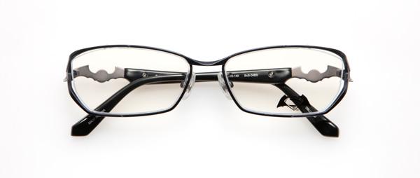 """眼鏡市場「バットマン vs スーパーマン コラボレーションフレーム」 バットマン&スーパーマン モデル BvS-04BS カラーNVM レンズサイドからテンプル(つる)にかけて梨地に仕上げ、スーパーマンのスーツをイメージ。テンプル(つる)はバットラング(バットマンの多目的ブーメラン)とスーパーマンの""""S""""シールドをモチーフにしている。 image by 眼鏡市場"""