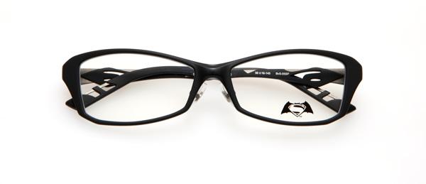 眼鏡市場「バットマン vs スーパーマン コラボレーションフレーム」 バットマン&スーパーマン モデル BvS-05SP カラーBKM 2重成型のツートンカラーのフロントが印象的。メタル部の凹凸柄は、スーパーマンのスーツをイメージ。ラバー部はスーパーマンのロゴを立体的にデザインしている。 image by 眼鏡市場