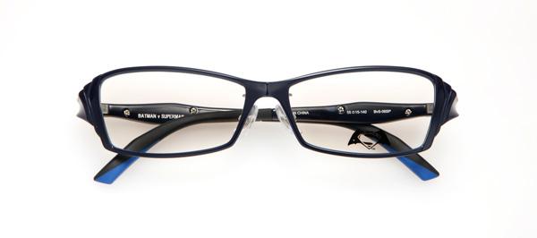 眼鏡市場「バットマン vs スーパーマン コラボレーションフレーム」 バットマン&スーパーマン モデル BvS-06SP カラーNV サイドの凹凸でスーパーマンの強靱な筋肉を表現。テンプル(つる)はメタルパーツでスーパーマンのロゴをあしらい、七宝カラーで陰影を付けたデザイン。 image by 眼鏡市場