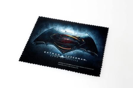 映画のロゴがプリントされたメガネ拭き。 image by 眼鏡市場