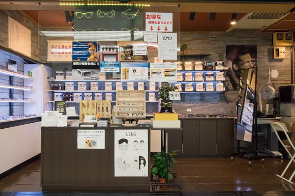 GILBERT EYEWEAR(ギルバートアイウェア)は、中野ブロードウェイの4F、一番北側(中野駅方面から一番奥)の階段前にある。現在この辺りは営業している店舗が少ないこともあり、「こんなところにメガネ屋さんがあったのか!」と驚くひとが多いはず。