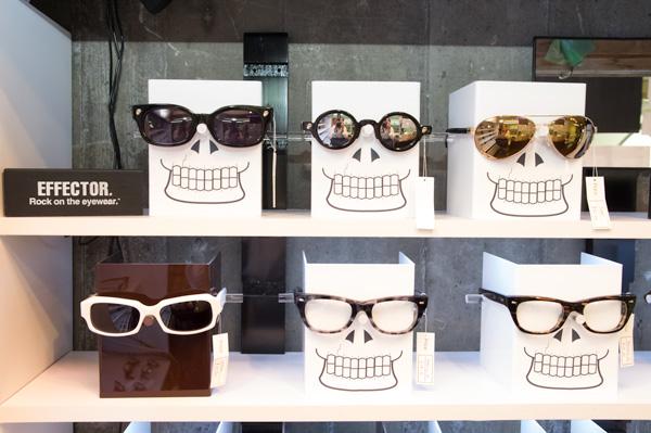 ロックテイストあふれる骨太なデザインで人気のブランド EFFECTOR(エフェクター)。ドクロが描かれたメガネ立ては、中林さんの手作り。
