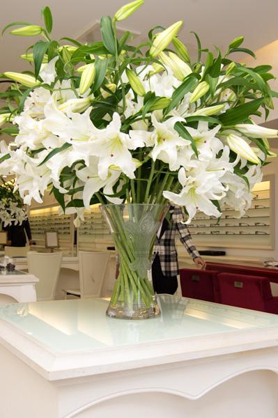 Chrome Hearts(クロム ハーツ)のエンブレムが入った花瓶は、バカラの特注品。