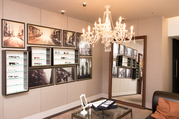 シャンデリアの下に日本初公開のジュエリーコレクションが。