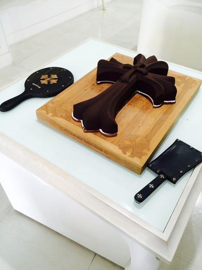 クロスをかたどった特製チョコレートも登場。包丁などにも Chrome Hearts(クロム ハーツ)のシルバージュエリーが入っている。