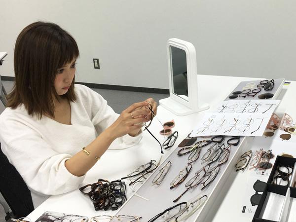 フレームの生地やパーツ、レンズのカラーまで田中里奈自身がセレクト。