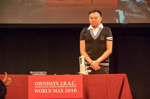 先に完成させたのはシンガポール代表 Dennis(デニス)さん。8分を切る驚異的なタイムを記録。