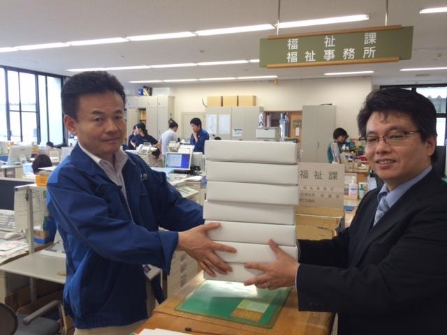 回収した支援メガネを阿蘇市役所に提供したときの様子。 image by メガネスーパー