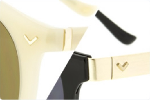 サイドには田中里奈がクリエイティブディレクターを務めるアクセサリーブランド Latia(ラティア)のピアスとおそろいのモチーフ「V」マークが施されている。