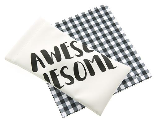 「AWESOME(最高!)」というメッセージ入りのメガネケースとメガネ拭きがセットに。