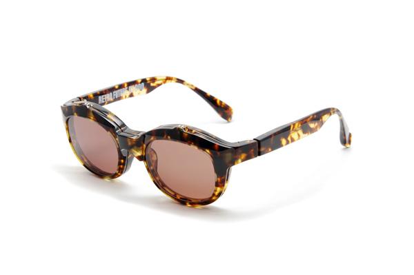 RETRO FUTURE BY 900 は、「半世紀タイムスリップして未来のメガネを追求する」という発想から生まれたコレクション。