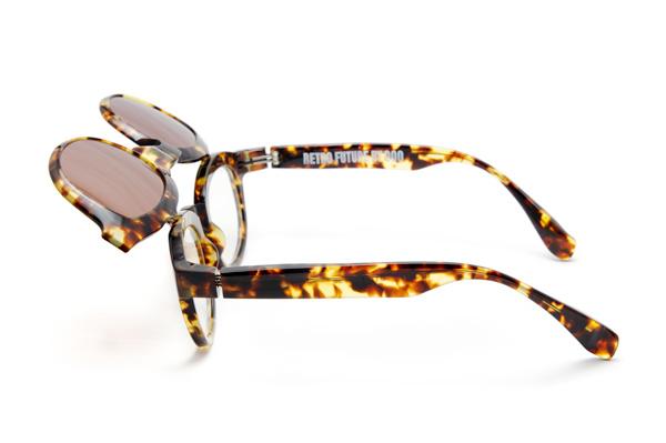 レトロな造形と無骨さはそのままに、今季は今のメガネに求められる掛け心地を追求。耳のカタチに合わせて調整しやすいデザインや、テンプル(つる)をつなぐオリジナルのバネ丁番を採用している。