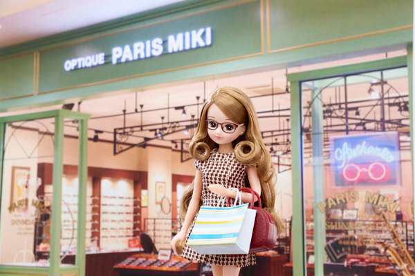 OPTIQUE PARIS MIKI(オプティックパリミキ)の前に立つ Licca。