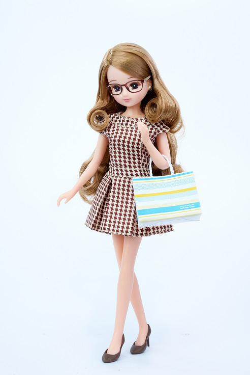 カプチーノワンピースを着てコラボメガネを掛けた LiccA。