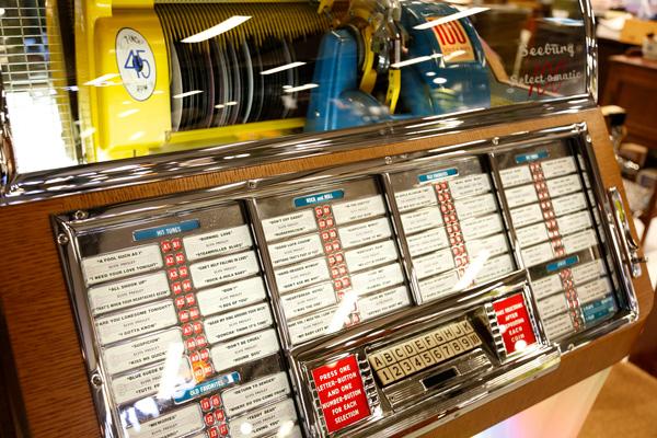 50年代アメリカの音楽とファッションをコンセプトとした店内には、ジュークボックスも置かれている。