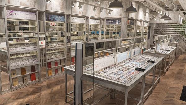 常時1,500種類以上のデザインを展示。メガネフレームは全て、現地の人々の顔や骨格に合わせたヨーロピアンフィットとなっている。