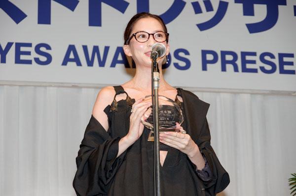 受賞の喜びを語る河北麻友子。