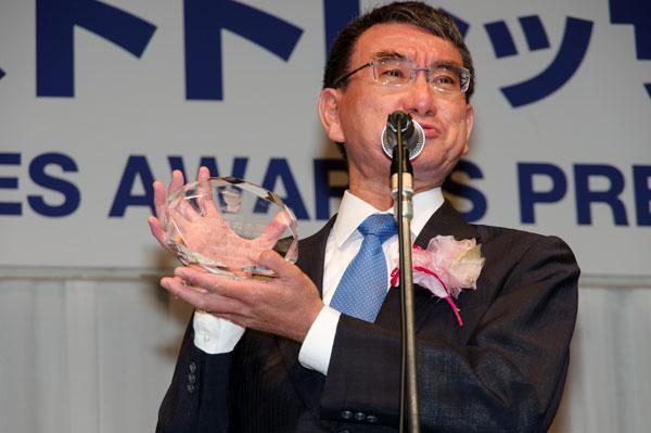 受賞の喜びを語る河野太郎氏。トロフィーには河野太郎氏の顔が彫られている。