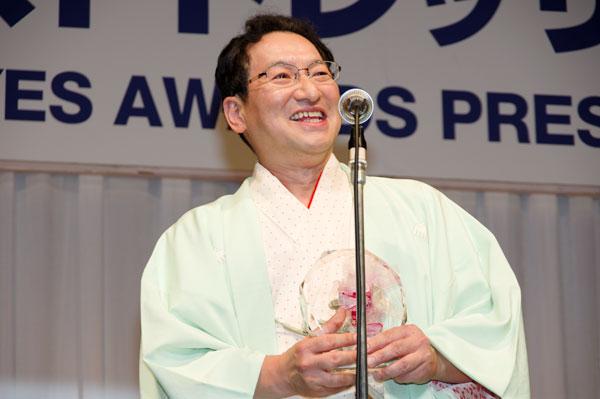トロフィーを手にスピーチする春風亭昇太。