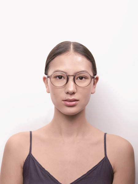 ヘルシーなグリーンやブラウン系のメガネは、ロースキンとの相性バツグン。