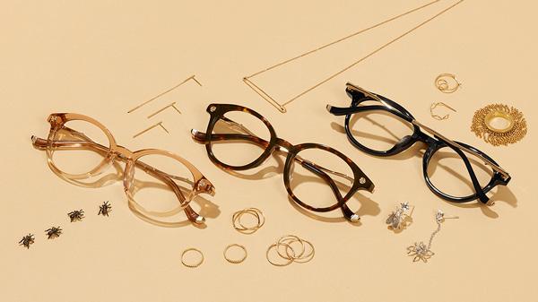 Zoff(ゾフ)「LOVE BY e.m. eyewear collection」 「ルビーの花びら(Ruby Rose Petals)」 ZP61002 (左から)C-3(ブラウン)・C-1(ブラウン)・B-1(ブラック) ルビーのように赤く情熱的なバラ。バラのとげをイメージしたテンプル(つる)の内側には、こっそり歩くアリの姿が。