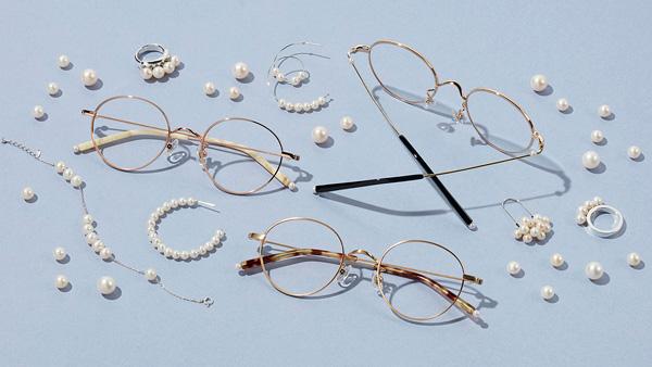 Zoff(ゾフ)「LOVE BY e.m. eyewear collection」 「バールの惑星(Planets of Pearl)」 ZP62022(左から)F-3(イエロー)・G-1(ゴールド)・G-3(シルバー) パールをあしらったシンプルで繊細なメタルフレーム。バールが表情を明るく際立たせてくれる。