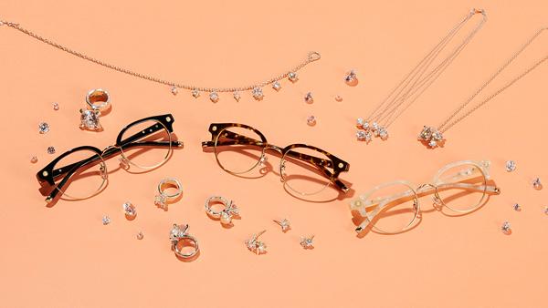 Zoff(ゾフ)「LOVE BY e.m. eyewear collection」 「ダイヤモンドとパールのアンサンブル(Diamond and Pearl Ensemble)」 ZP61004(左から)B-1(ブラック)・C-1(ブラウン)・B-4(ホワイト) テンプル(つる)の内側に散りばめられたクリスタルが光り輝くサーモント型フレーム。