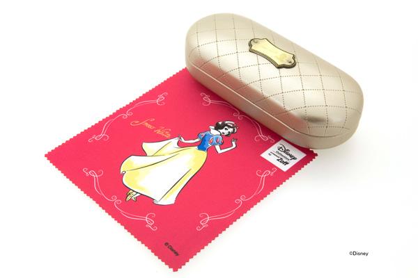 プリンセスごとにオリジナルのメガネケースとメガネ拭きがセットに。写真は白雪姫(白雪姫)のメガネケース・メガネ拭き。 ©Disney