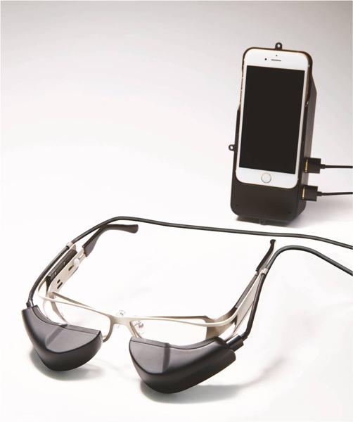 b.g.(ビージー)は、専用ケースとケーブルを介してスマートフォンと接続することで、Wi-FiやBluetoothなどの通信機能、カメラ、アプリなどスマートフォンに備わる機能が利用できる。