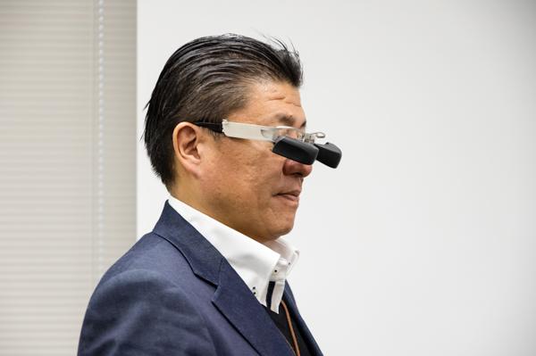 遠近両用メガネで近くを見るのと同じ要領で視線を下げると、黒い部分に搭載された高解像度ディスプレイを見ることができる。