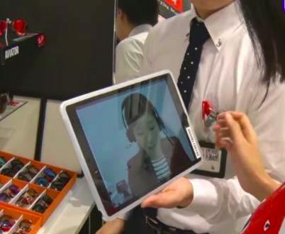 渋谷店での接客の様子。